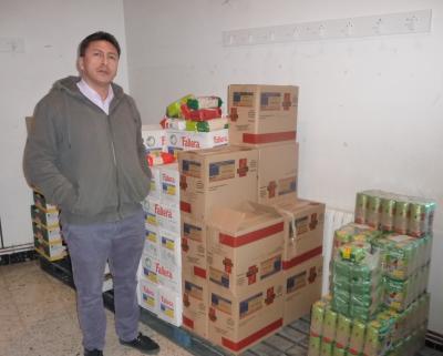 20131217184419-el-padre-alex-con-un-lote-de-alimentos.jpg