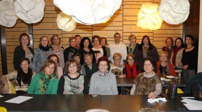 20141211102740-las-participantes-con-el-cocinero..jpg